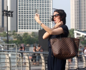 immagine donna selfie