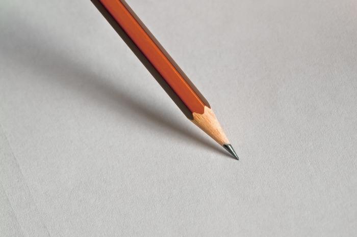 matita con sfondo grigio